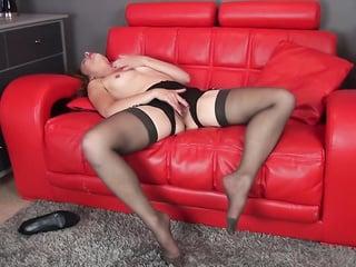 Milf соло на красном диване